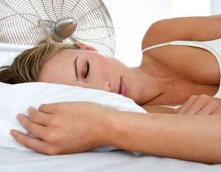 mujer-durmiendo-con-ventilador-